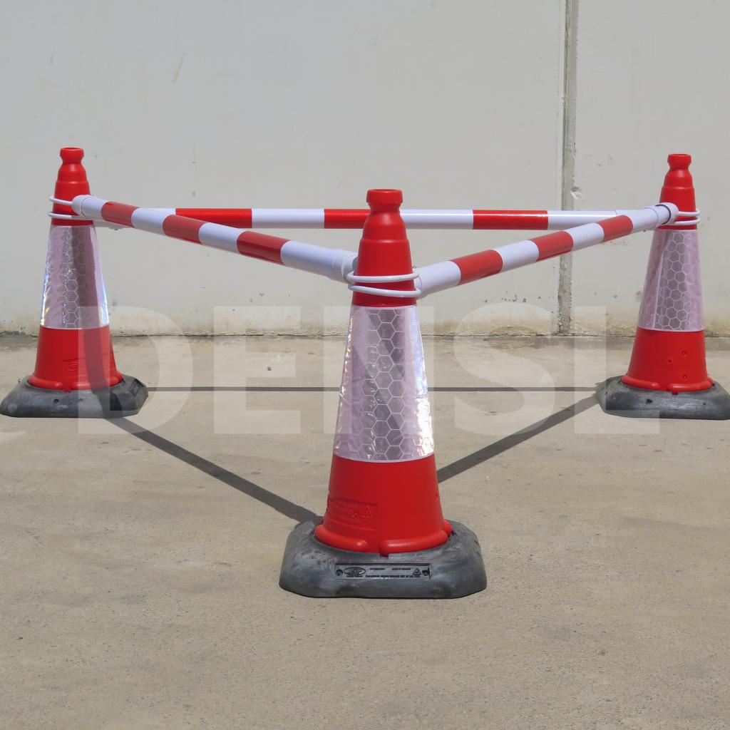 Tres postes telescópicos para conos