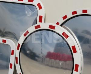 Espejos de calle con marco rojo y blanco