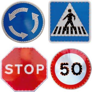 Señal de tráfico provista de leds para iluminar tanto la orla como el pictograma que corresponde a la señal. De este modo los leds de la señal ayudan a captar la atención de los conductores de una forma más eficaz.
