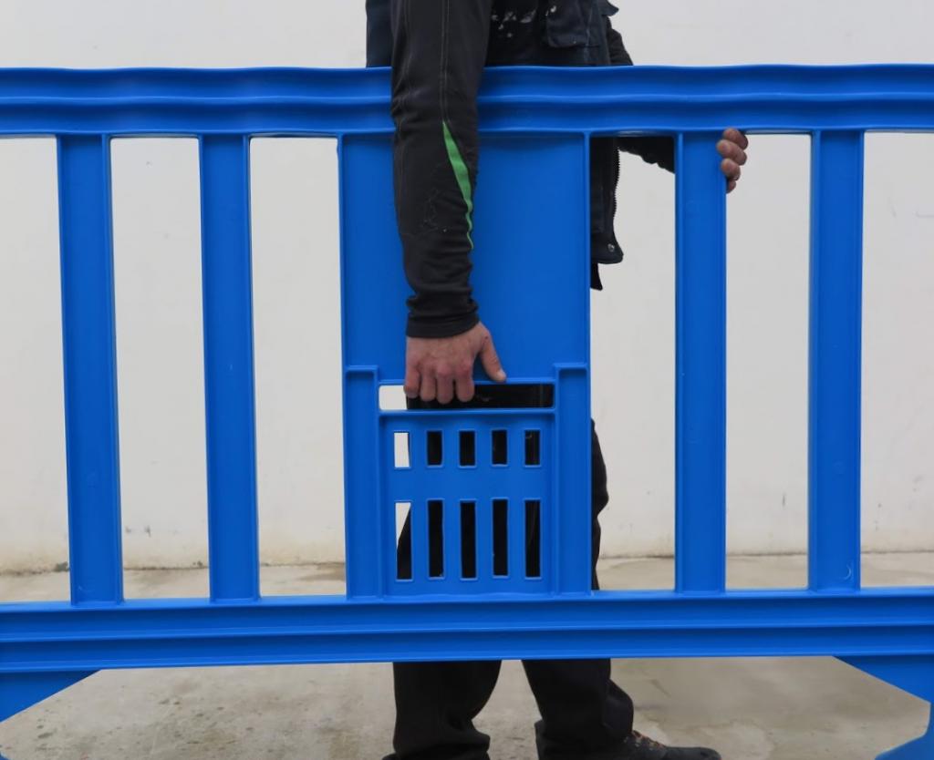 una persona sola llevando una valla de plástico movit