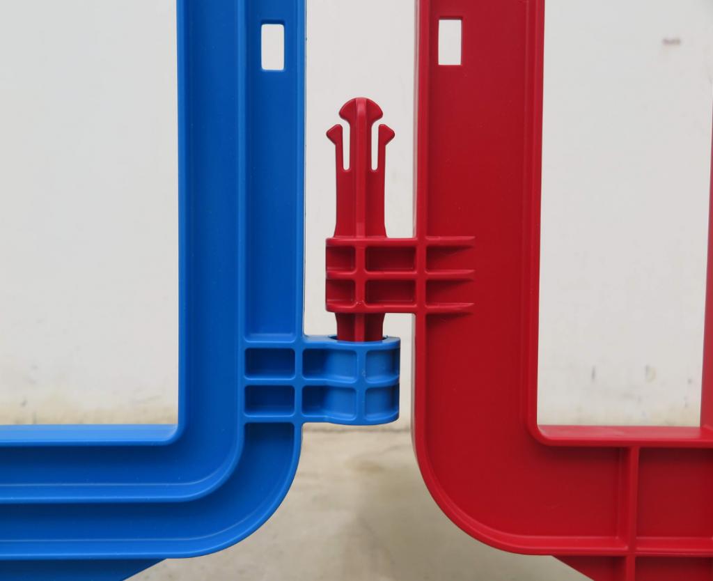 sistema de enganche de una valla peatonal de plástico movit