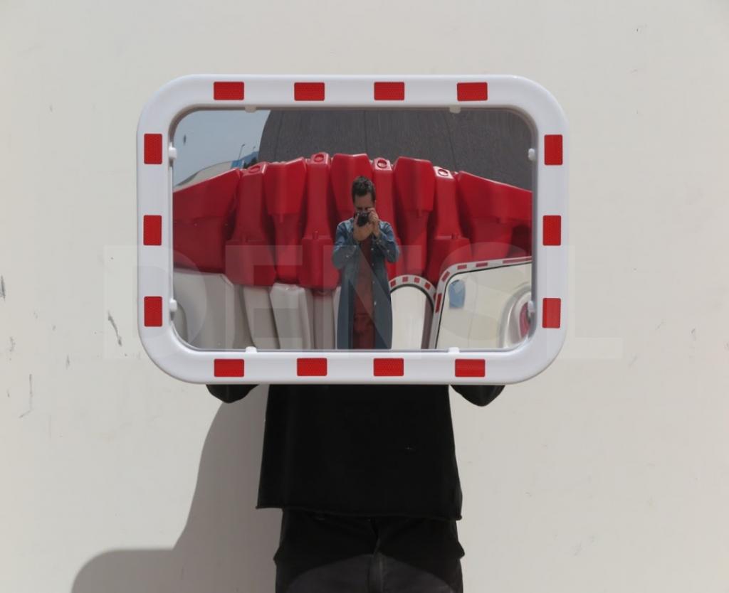 Espejo de tráfico con marco rojo y blanco